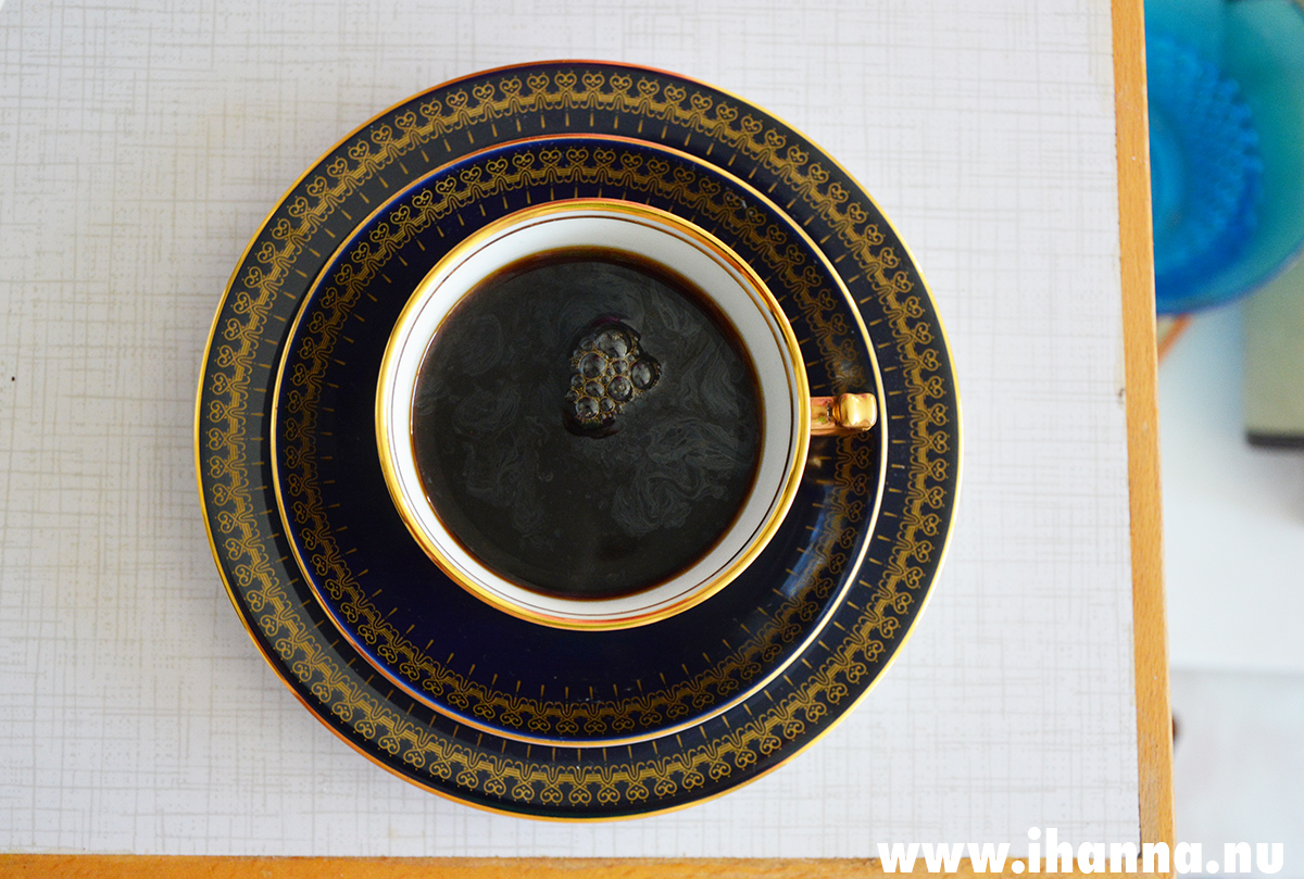 Ls favorite coffee cup is blue and gold